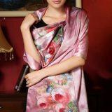 Vkusný dámsky hodvábny šál s kvetmi v ružovej farbe