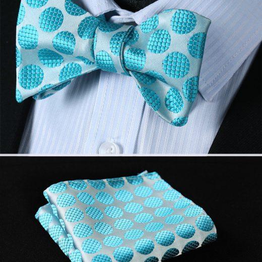 Elegantný hodvábny set - motýlik a vreckovka s bodkami v slabo modrej farbe
