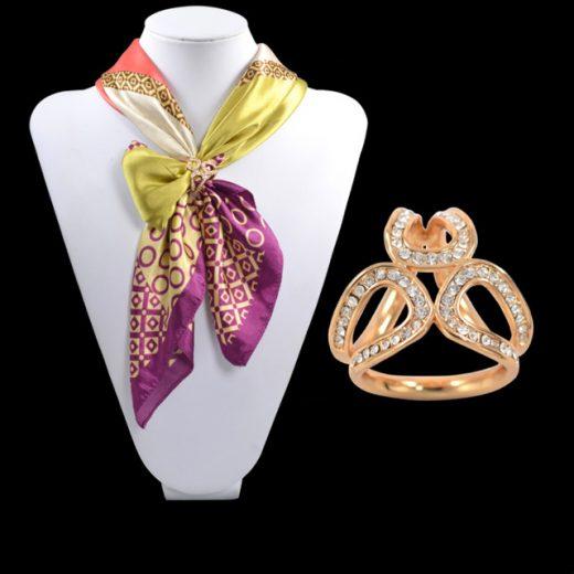 Elegantná brošňa v tvare prstenca v zlatej úprave s kryštálmi