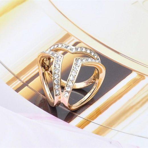 Elegantná brošňa v tvare troch prsteňov v zlatej farbe