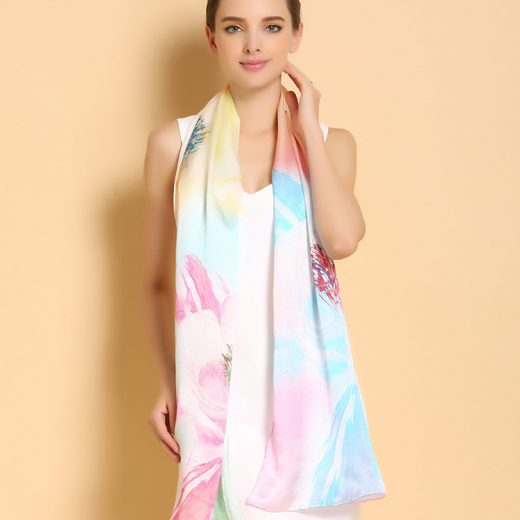 Moderný a vkusný dámsky hodvábny šál v dúhových farbách