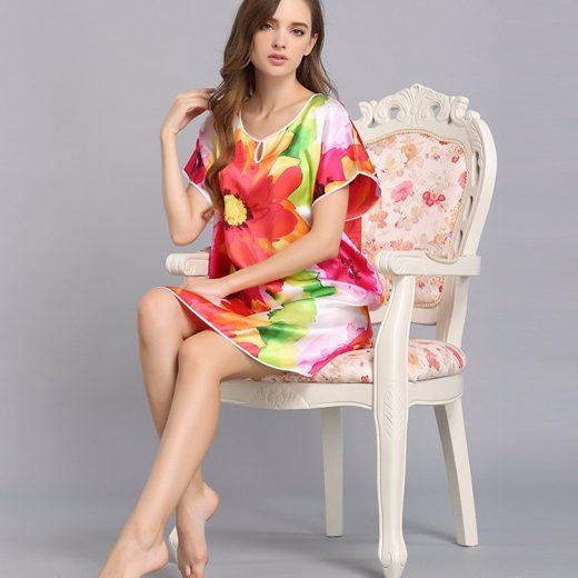 Kvalitná dámska hodvábna nočná košeľa s kvetinovým motívom